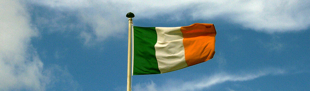 An Irish flag flapping in the wind. © https://www.flickr.com/photos/michalo/220399586/